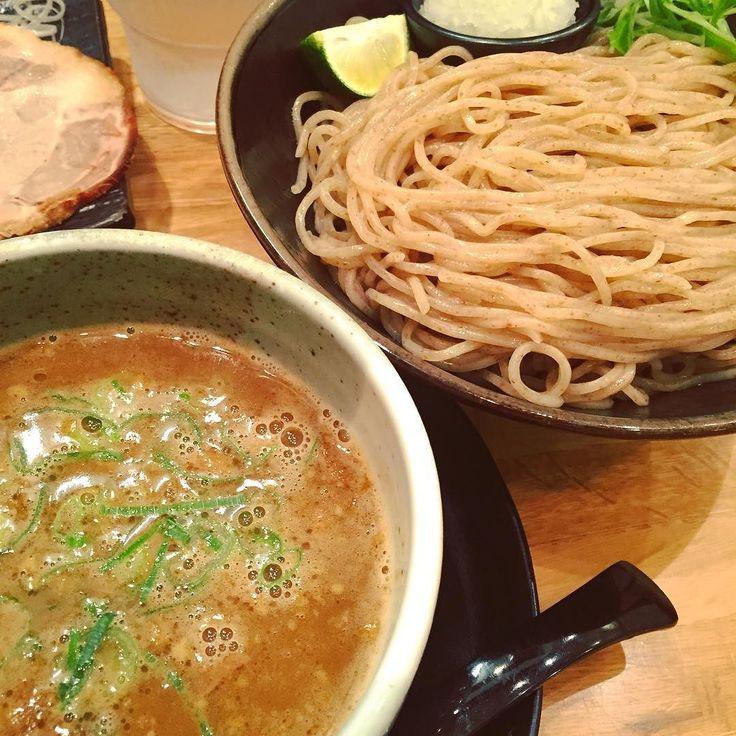 麺匠 たか松 #京都は四条烏丸#つけ麺#麺は蕎麦のような細麺で全粒粉をつかった上品な香りで舌触りも良い#スープは鶏と魚介ベースであっさりしているが味はしっかりしていて麺とも絡む#スープと麺の相性#玉ねぎやすだちで味の変化を楽しむ#もう少し世間の評価が良くてもいいと思う#ラーメンも美味しい#つけ麺マンの系列#ラーメン#ramen#つけ麺#ラーメンインスタグラマー#ラーメン倶楽部#麺スタグラム#ラー写#ラー活#ラーメン部京都#麺匠 たか松#90点 by shinji_caffeins