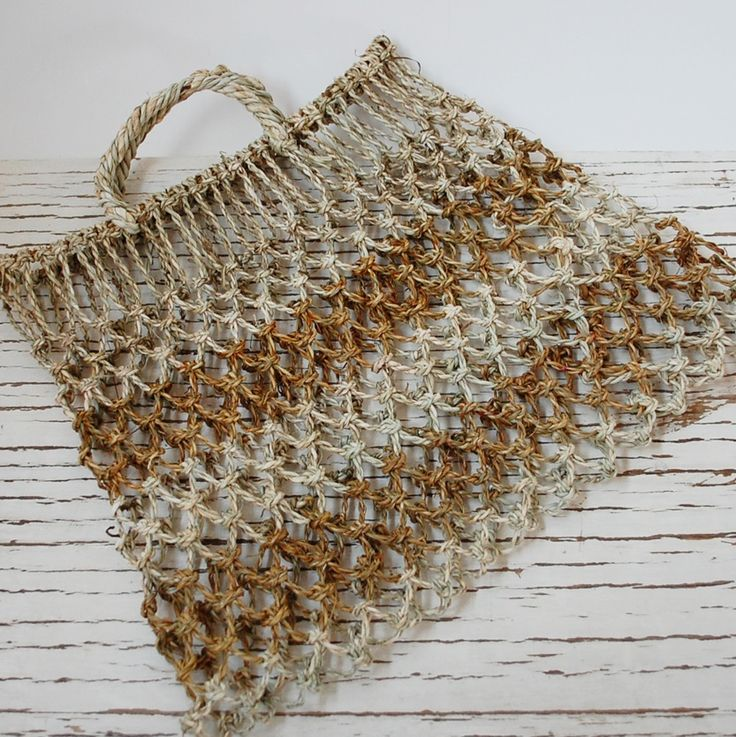 Pilhua: Bolsa típica mapuche, tejida a mano con chupón, una resistente fibra…