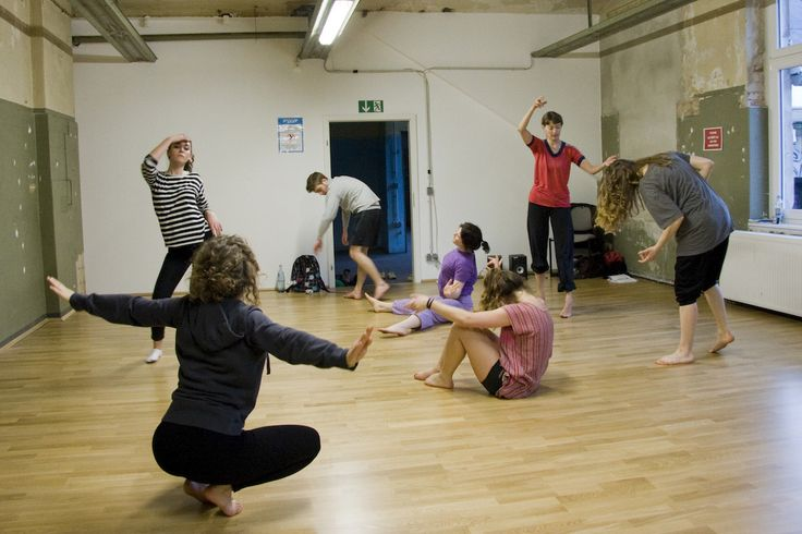 Warm-up exercises for a dance class led by Eva Burghardt