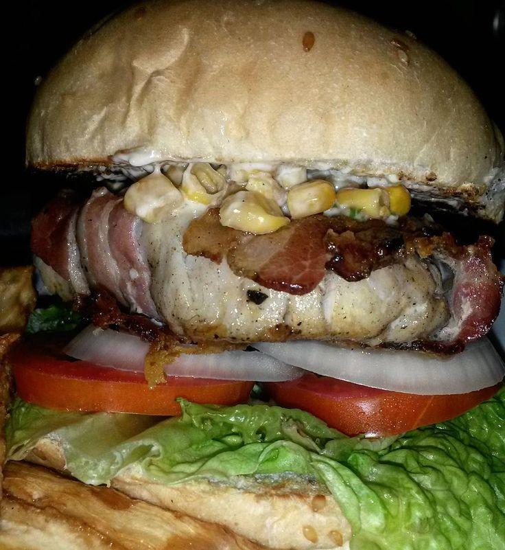 Técnicamente esto no es una hamburguesa.  Es un sándwich pues las hamburguesas sólo son de carne lo demás son falacias cuenticos y bla bla bla... _Este sándwich lo hice con pan blanco lechuga tomate cebolla unos 170 gr de bagre marinado con #Kemchee de @pikaig y luego envuelto en tocino y puesto a la plancha. La coronita de esto fue maiz una salsa blanca hecha a base del picante de #Climaco que estaba #FrescoFresco y unos palitos de yuca.  Estaba Masiao ricosabroso  #Gastroorgasmico by…