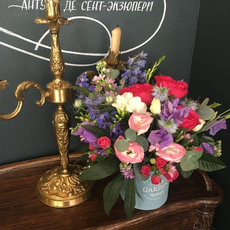 яркая композиция в кашпо: пионовидная роза , синий дельфиниум , душистый горошек лавандового цвета придает аромат, цветовую гамму поддерживает лизиантус