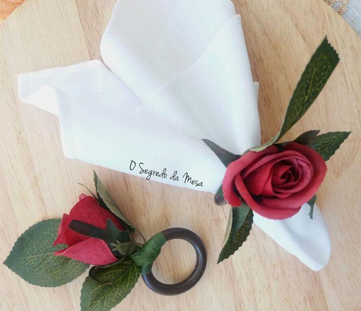 Porta guardanapo com flor artificial.