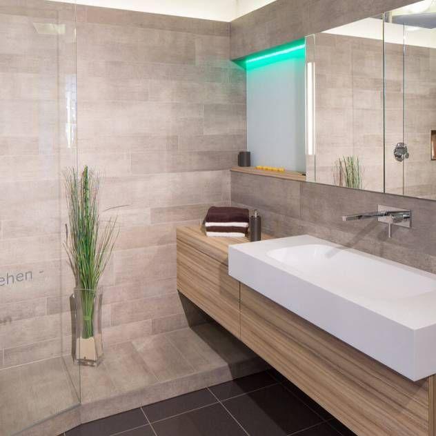 Waschplatz Mineralwerkstoff : Casas de banho modernas por Klocke Möbelwerkstätte GmbH