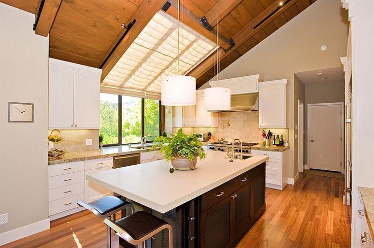 Замечательные полупрозрачные шторы рассеивают свет и улучшают освещенность кухни. .