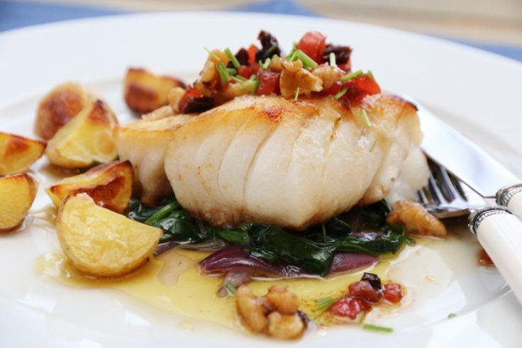 """I dag vil jeg dele en ny torskerett med dere, hvor torsken har fått selskap av en smakfull vinaigrette med blant annet valnøtter og tomater. Deilige smaker og litt """"crunch"""", som kler den nøytrale…"""