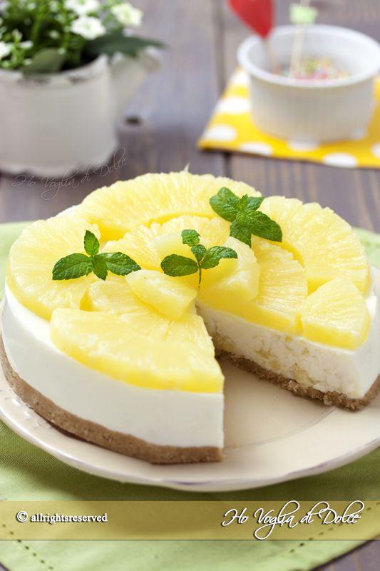 Cheesecake all'ananas con yogurt greco. Torta fredda senza cottura, ricetta facile e veloce con ananas fresca o sciroppata, perfetta per una merenda fresca.