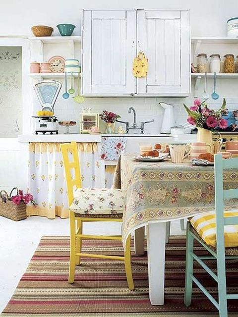 via : LALOLE BLOG: CON LA IDEA DE MEZCLAR SILLAS DE COLORES
