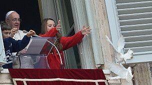 Dos palomas blancas puestas en libertad por el papa Francisco -como símbolo de la paz- en un balcón en la plaza de San Pedro, en el Vaticano, fueron atacadas por dos aves más grandes. El lanzamiento de las palomas se produjo minutos después de que el papa Francisco rogase por la paz en Ucrania y por el fin de la violencia que ha dejado al menos tres muertos en el país.