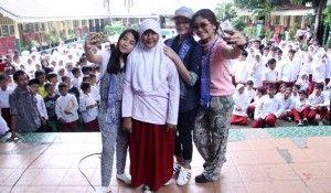 Bak seleb kondang sejagat, artis film Ayu Anak Titipan Surga di sambut riuh gempita ribuan pelajar