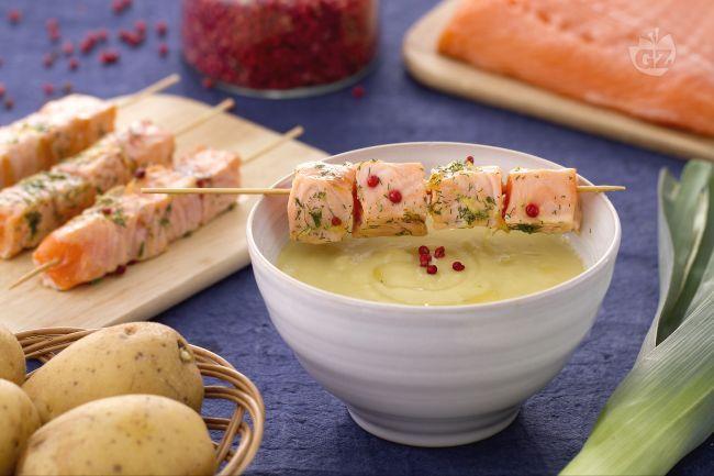 La crema di porri e patate con spiedino di salmone è un piatto sfizioso che combina la delicatezza della crema e il sapore deciso del salmone!