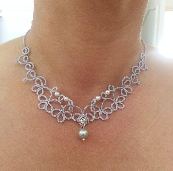Délicat collier en chose gris argent, travaillé après mon propre modèle en fil de coton de haute qualité. Les perles sont insérées tout en faisant