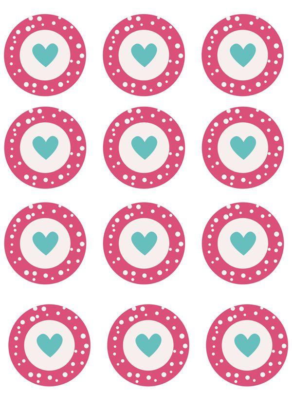 Kit imprimibles de San Valentín para cupcakes o pasteles. Pensando en el día de los enamorados hemos preparado este kit imprimible para cupcakes que puedes descargar gratis con toppers, wrappers y banderitas decorados con corazones. Organiza una merienda romántica con cupcakes y galletas y aprovecha este kit para darle un toque romántico. Para descargar el archivo puedes hacer click sobre alguna de las imágenes o en el enlace siguiente: Descargar kit imprimible cupcakes San Valentin Os…