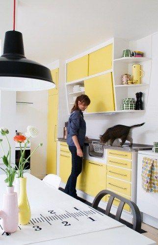 Retro 50'køkken - meget cool og meget oppe i tiden. Køkkenet er blevet shinet op med gulmalede låger. Frækt og friskt køkken.