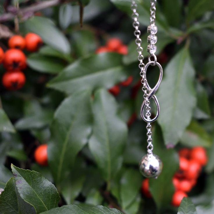 Celebrytka - krawatka z nieskończonością i zawieszką z kulki! Idealnie dopasuje się do każdej szyi i ozdobi ją w oryginalny sposób! #bizuteria #jesień #liście #jewelry #jewellery #autumn #leaf #leafs #srebro #silver #pendant #celebrytka #łańcuszek #necklace #jarzębina #rowan #rowanberry #musthave #nieskończoność #infinity #awegBizuteria #obdarujBlaskiem #forsale #forher #sklep #jubiler
