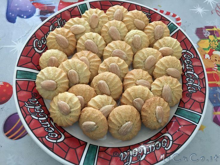 Pasticcini con la pasta di mandorle - http://www.mycuco.it/cuisine-companion-moulinex/ricette/pasticcini-con-la-pasta-di-mandorle/?utm_source=PN&utm_medium=Pinterest&utm_campaign=SNAP%2Bfrom%2BMy+CuCo
