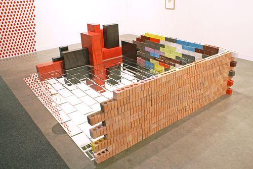 Jorge Méndez Blake    La biblioteca constructivista    /  The Constructivist Library  , 2010    Ladrillos pintados, madera, espejo / Painted bricks, wood, mirror    49 x 317 x 186 cm