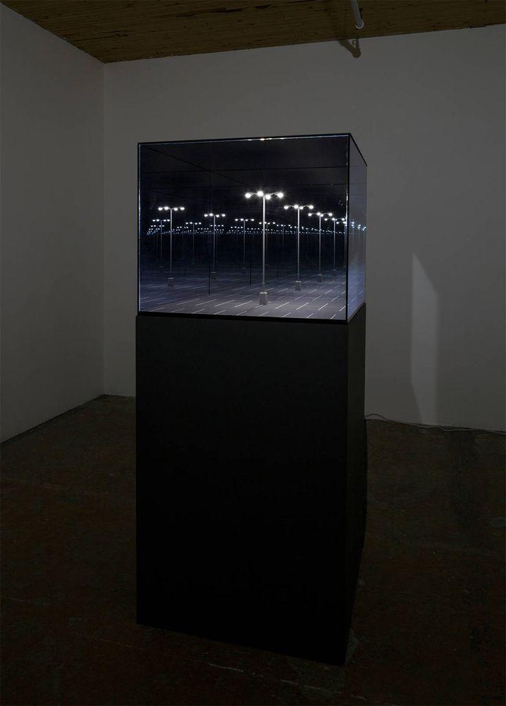 Les œuvres de Guillaume Lachapelle mettent en scène un univers ludique peuplé d'objets aux fonctions incertaines.