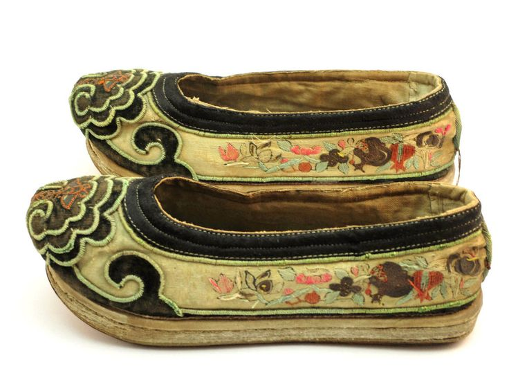 ANTIQUE 19thC CHINESE QING SILK EMBROIDERED LOTUS BOUND FOOT SHOES, LEATHER SOLE