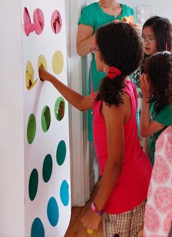 Instrucciones para hacer piñatas infantiles en casa. Es una idea muy sencilla que encantará a todos los pequeños. Para hacerla sólo necesitarás una caja de cartón, papel de colores y mucha creatividad.