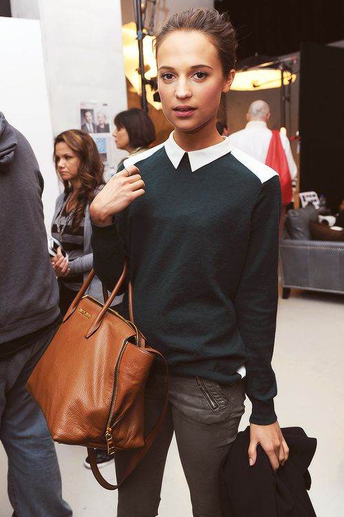 Alicia Vikander- Peter Pan collar and oversized casual handbag