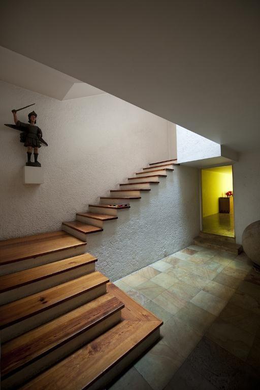 casa gilardi escaleras