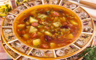 Томатный суп с охотничьими колбасками и фасолью