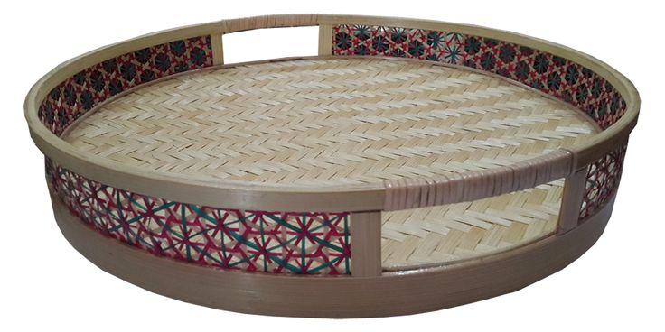 Tilavie Nampan Anyaman Bulat - Natural  Bahan : Anyaman Bambu Ukuran : 36cm x 36cm x 6cm Fungsi : Nampan ini dapat digunakan sebagai asesoris penghias rumah, selain itu bisa digunakan untuk tempat mengemas seserahan ataupun hantaran dihari bahagia lainnya.