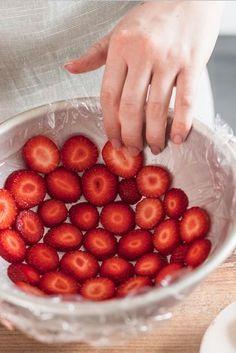 Erdbeerscheiben in eine runde Schüssel geben. Sandwichfolie.   – Backen