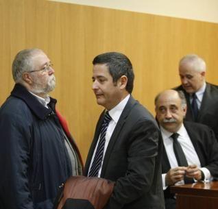 Ángel Iniesta (i) y Enrique Ujaldón, junto a sus abogados. http://www.laopiniondemurcia.es/murcia/2013/12/18/aplazan-diez-meses-juicio-yacimiento/522010.html