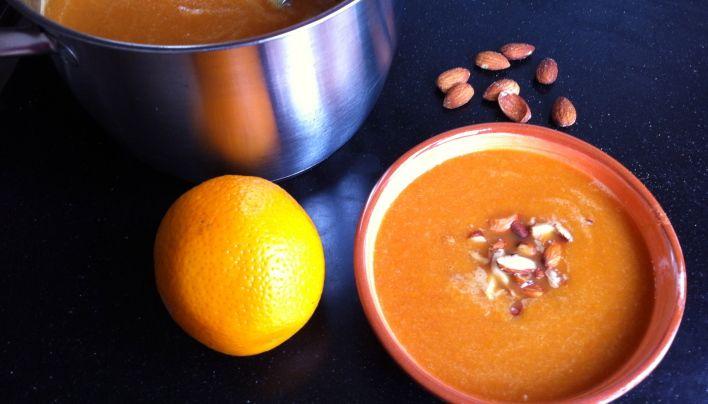 Wortel-sinaasappelsoep met amandelen