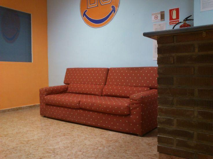 Poquico a poco vamos mejorando nuestras instalaciones. Ya tenemos sofá para que podáis esperar cómodos el inicio de las clases.