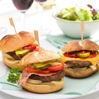 ALDI België - Recept - Hamburgers, cheeseburgers en hamburgers met bacon op de barbecue