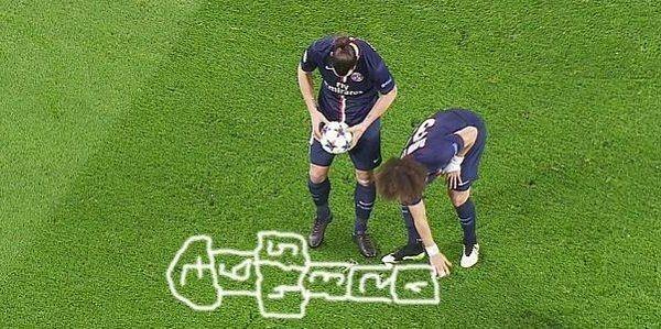 David Luiz maluje pola dla Zlatana Ibrahimovicia • Gra w klasy podczas meczu Ligi Mistrzów • Śmieszny mem piłkarski z piłkarzami PSG >> #luiz #psg #memes #football #soccer #sports #pilkanozna #funny