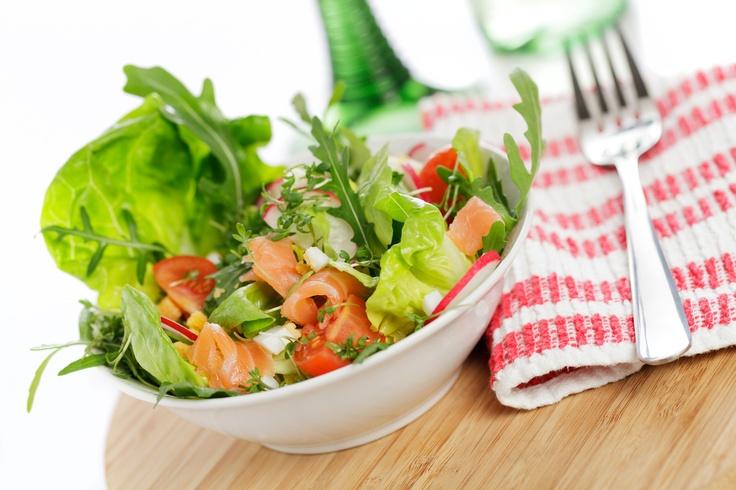 Sałatka z łososiem wędzonym i sosem czosnkowym. Składniki: 150 g łososia wędzonego,1 główka sałaty strzępiastej lub masłowej, 2 garści sałaty rukola, rzodkiewka, pomidory koktajlowe, 2 jajka, 1 pomarańcza, 100 ml soku jabłkowego,płatki chilli. Wykonanie: jajka ugotować na twardo. Sałatę umyć, osuszyć i porwać na kawałki, wymieszać z rukolą, rzodkiewką, pomidorkami i sokiem. Na całość wyłożyć łososia, jajka i pokrojoną w kostkę pomarańczę. Polać Sosem czosnkowym Tarsmak i posypać płatkami…