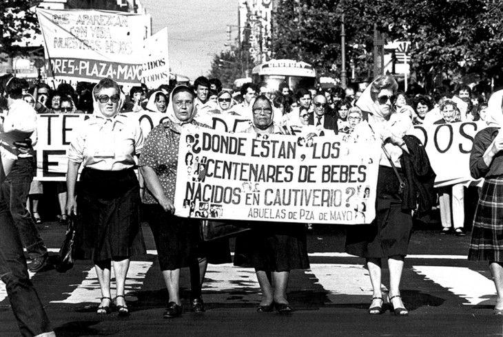 Es una organización argentina de derechos humanos. Las abuelas se dedican a localizar y a restituir a sus familias a los niños secuestrados o desaparecidos por la dictadura militar (1976-1983). Hasta la fecha, gracias a su intervención, mil 151 niños regresaron a sus familias. Han sido nominadas al Premio Nobel de la Paz en cinco ocasiones, entre el 2008 y 2012.