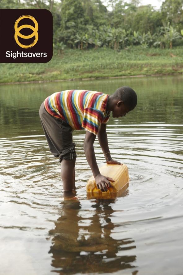 La cecità dei fiumi è causata da un parassita trasmesso tramite la puntura della mosca nera. Questi insetti si riproducono nei corsi d'acqua con correnti veloci, dove l'acqua è più ricca di ossigeno e nei fiumi. www.sightsavers.org