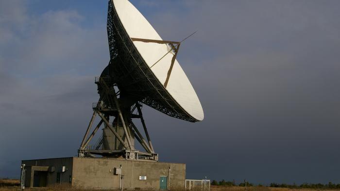 Deep Space: Erste Antenne für kommerzielle Kommunikation mit entfernten Sonden   Die 32-Meter-Antenne Merlin  (Bild:GES  Goonhilly Earth Station Ltd )   Mit finanzieller Unterstützung er ESA wird im Südwesten Englands eine Antenne ausgebaut die Deep-Space-Kommunikation kommerziell verfügbar machen soll. Das soll nicht nur privaten Konzernen helfen sondern auch Engpässe bei der ESA verhindern.   Im Südwesten Englands soll die erste kommerziell verfügbare Antenne für die Kommunikation mit weit…