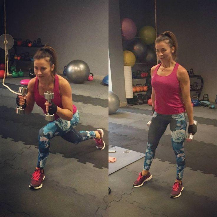 Znawcy mówią, że bez siadu nie zadu! Przysiady, wykroki, zakroki... to wszystko przybliża nas do pięknej i zgrabnej pupy.  Możemy je połączyć z ćwiczeniami na górne partie. Będzie przyjemnie i pożytecznie😉🏋💪 #trening #training #workhard #workout #strongissexy #strongnotskinny #instagirl #fitnessfreak #fitlove #fitstyle #fit #gym #gymfreak #pupa #motivation #superwoman #girlpower #polishgirl #fitinstagram #polskadziewczyna #fitnesslife #fitnotskinny #workut #trenuj #siłownia