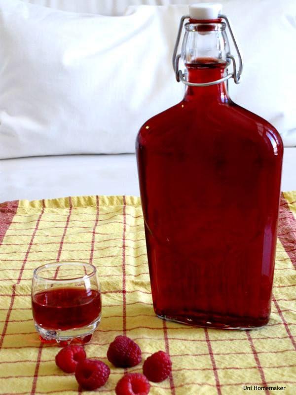 """""""Mein Lieblingsrezept ist Himbeere - Likör  Zutaten: 300 g Himbeeren 120 g Zucker 1 Vanilleschote 500 ml Wodka  Himbeeren, Zucker und Vanilleschote in ein verschließbares Glas geben und mit dem Wodka aufgießen. Das Glas verschließen und an einem hellen Ort ca. 4 Wochen ziehen lassen. Dabei hin und wieder schütteln. Danach absieben und in eine saubere Flasche füllen."""""""