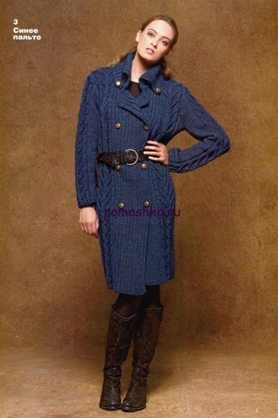 Вязаное синее пальто со схемой