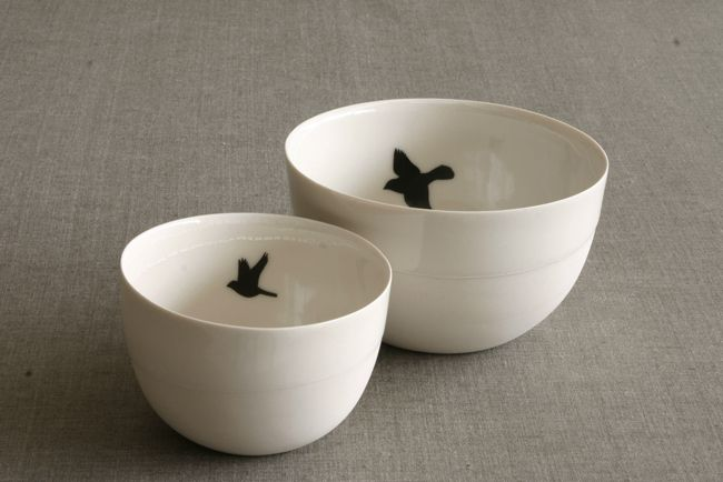 Love these simple bowls with bird image coe