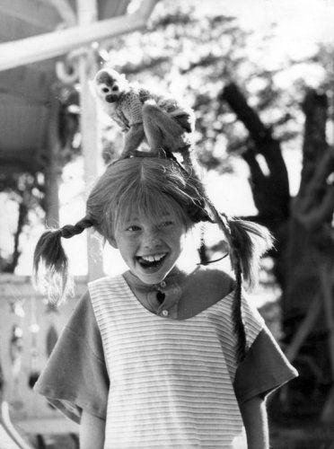 Pippi Langkous, Zweedse televisie-serie voor de jeugd, naar de boeken van Astrid Lindgren. Actrice Inger Nillsen als Pippi Langkous met op haar hoofd meneer Nilsson, het aapje. Ca. 1974.