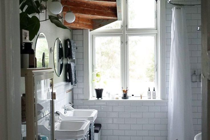 Vi byggde om vårt badrum själva helt från grunden. Då kunde vi välja lyxiga saker som marmorgolv, dubbla handfat och en kamin till en ändå rimlig budget.