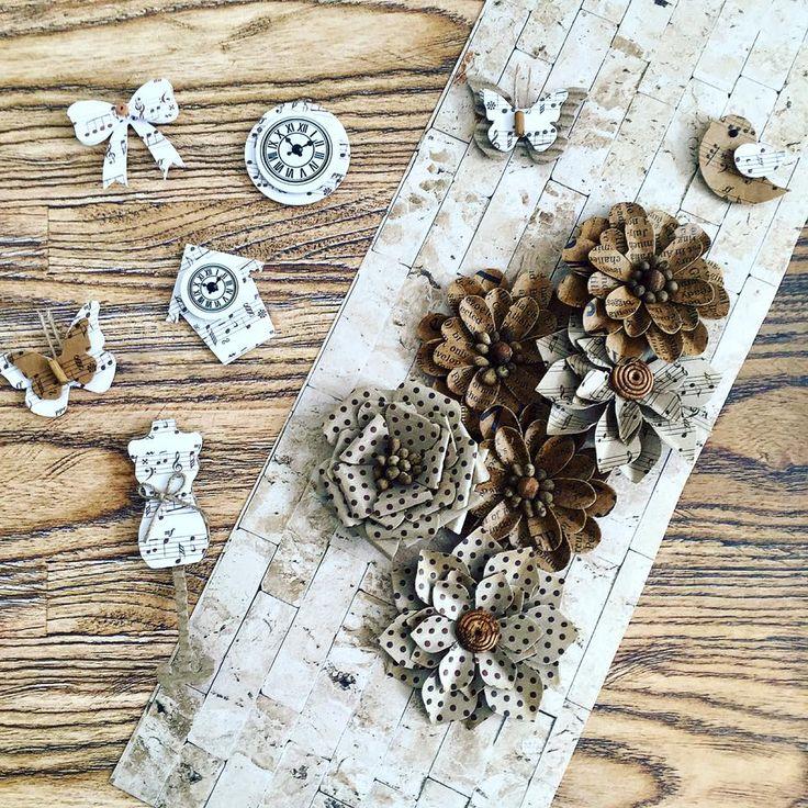 papeís com texturas , adesivos e flores artesanais