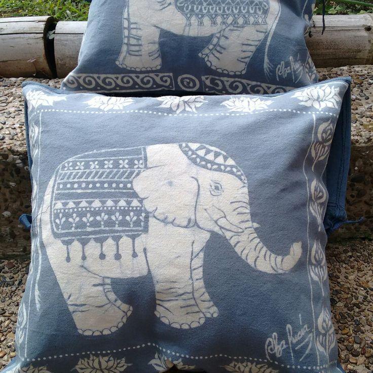 Cojines hechos a mano en técnica de Batik sumergido, para decorar con diseños únicos.