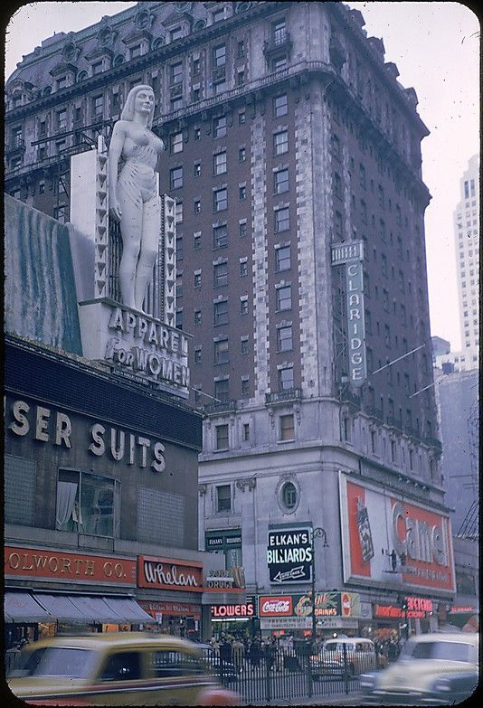 Here is an impressive collection of 20 color photos of New York streets in the 1950s taken by Walker Evans .