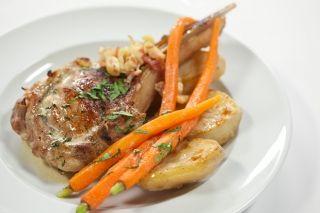 Côtelettes de porc farcies, sauce crème au cidre Légende d'automne, carottes caramélisées et pommes de terre fondantes
