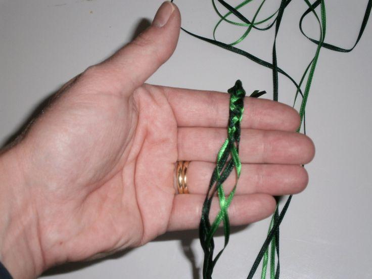 Leer met 4 linten een mini kerstkrans vlechten, voor op kerstkaarten. (Zie ook mijn deur embossingfolder tutorial hiervoor).