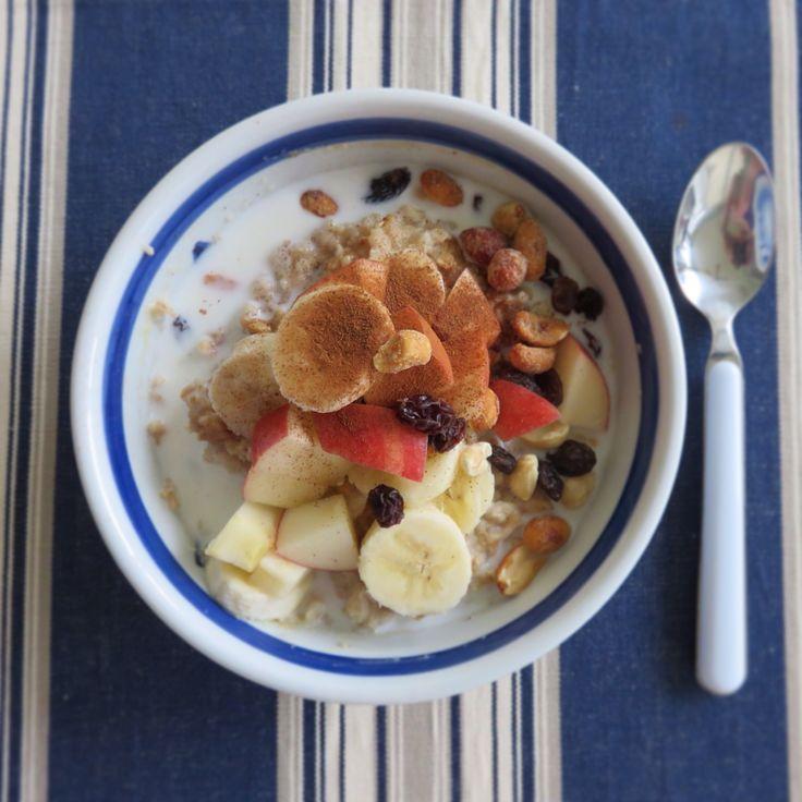 Today's breakfast-Elvis Oat meal: Oatmeal, water and peanut butter cook in microwave 3 minutes, mix and topping with banana, Apple, raisin, cinnamon, milk and honey roasted peanut. Yummy 오늘이라는 에비스가 좋아했다는 피넛버터와 바나나 샌드위치맛 같은 오트밀을 만들어 보았습니다. *오트밀에 물과 피넛버터를 넣고 전자랜지에 3분정도 돌려 만들어 바나나, 사과, 건포도, 계핏가루, 허니땅콩을 얹고 우유를 조금 넣으면 완성. 3분요리 ㅋㅋㅋ 맛도좋고 영양도 듬뿍