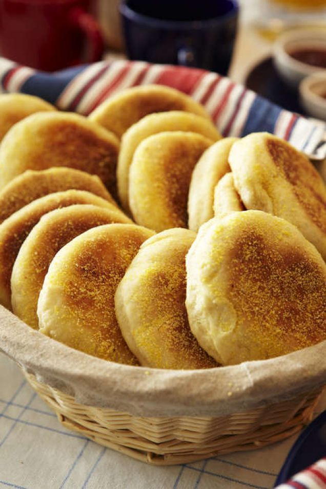 English muffins är klassiskt tillbehör till Eggs Benedict men de kan också ätas med smör och sylt. Bröden lagar du enkelt i stekpannan. Ska du bjuda på dem till brunchen är det klokast att du bakar...